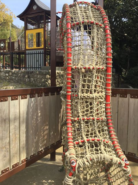 池田市「五月山公園」忍者のとりで「忍にんめいろ」ロープで登る遊具