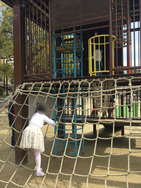 池田市「五月山公園」忍者のとりで、綱上り