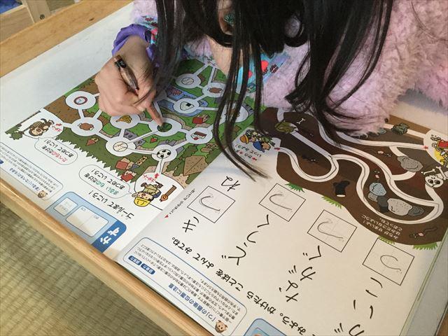 幼児ポピー年長「あおどり」の「ドリるん」を学習している娘の様子、平仮名と形