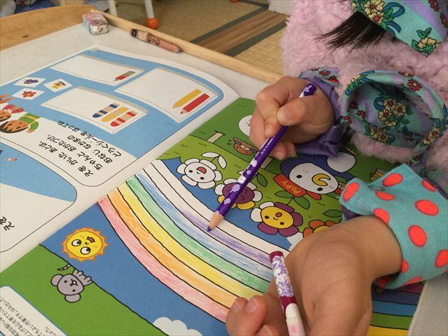 幼児ポピー年長「あおどり」の「ドリるん」を学習している娘の様子、色塗り