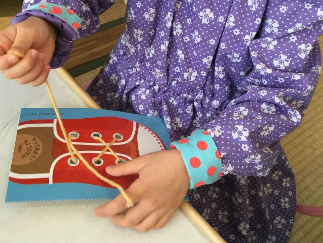 幼児ポピー年長「あおどり」の「わぁくん」を学習している娘の様子、紐結び(ちょうちょ結び)