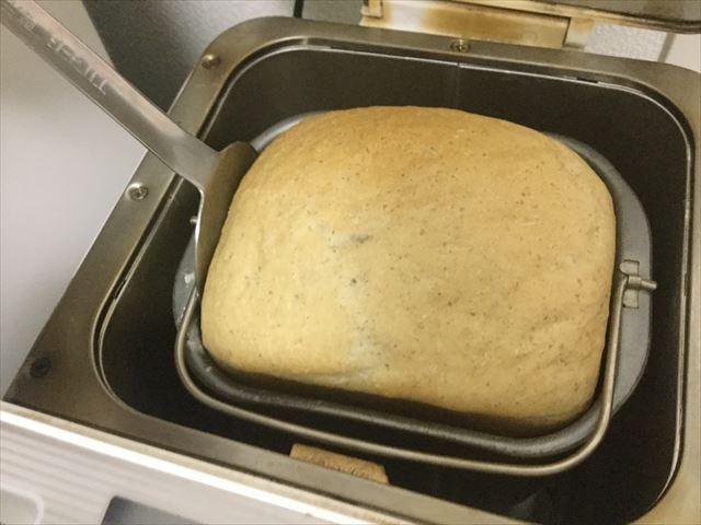 ホームベーカリーのパンを上手に取り出すためにお好み焼きのコテを使っている様子、別の場所