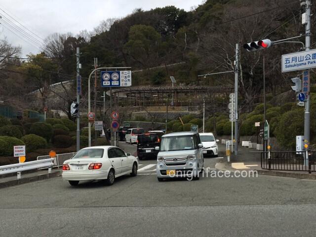 五月山公園前の車の渋滞