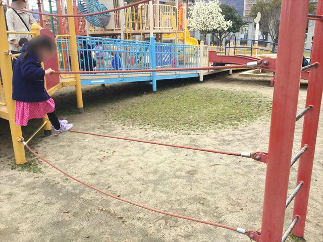 「末広中央公園」縄を持って横に移動する遊具