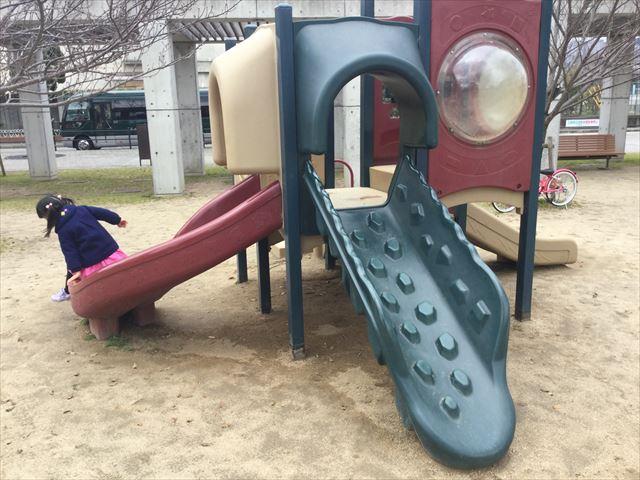 「末広中央公園」小さな子供向けの滑り台