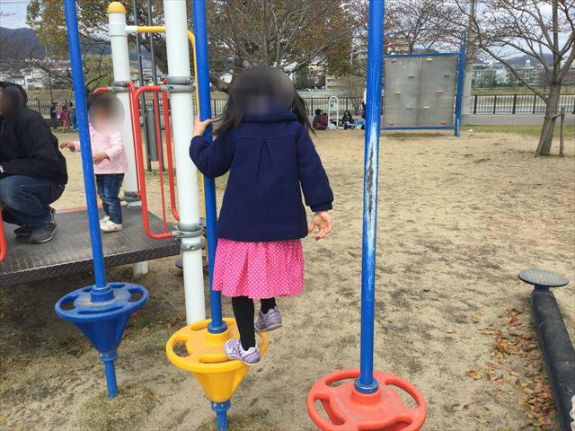 「末広中央公園」足場をまたいでいく遊具