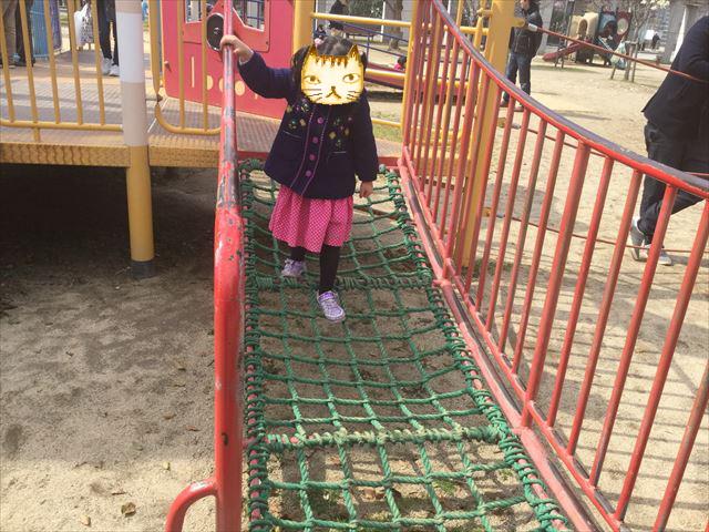 「末広中央公園」縄の上をあるく遊具
