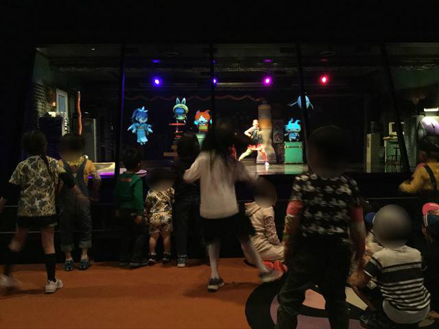 USJ「ようかい体操ザリアル」で踊る子供たちの様子