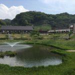 道の駅「愛彩ランド」と中央の池