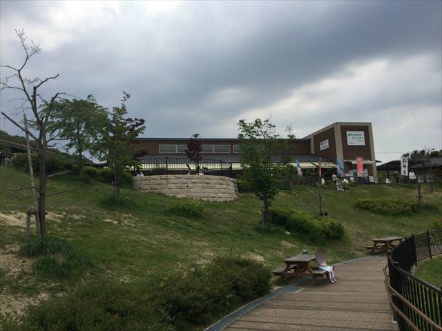 道の駅「愛彩ランド」池の周りのベンチ