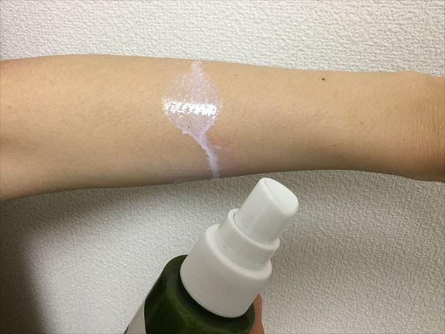 アロベビー「UV&アウトドアミスト」を腕に近づけてスプレーしている様子
