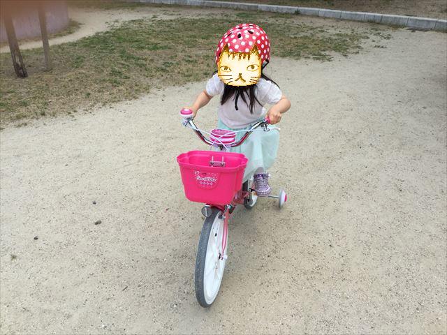 ブリジストンのエコキッズカラフル(18インチ)ピンクに載っている子供、前方から撮影