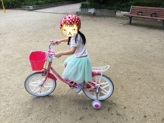 ブリジストンのエコキッズカラフル(18インチ)ピンクに乗って公園を走っている子供の様子