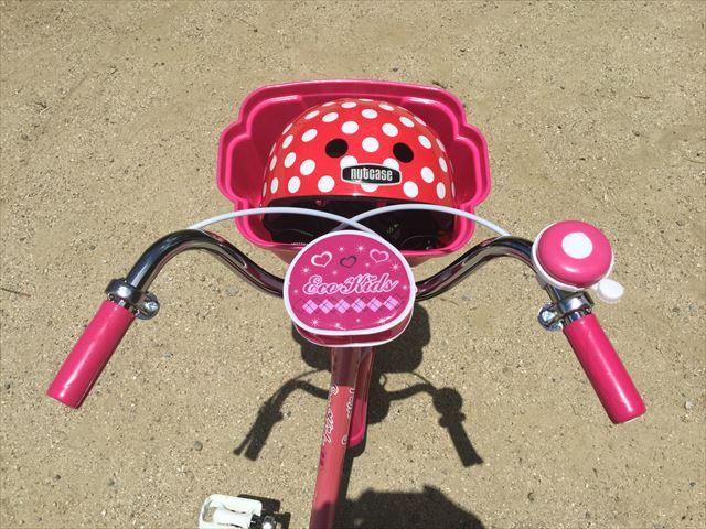 ブリジストンのエコキッズカラフル(18インチ)ピンク、前方上から撮影、前かごにヘルメットが入る
