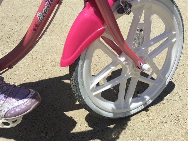 ブリジストンのエコキッズカラフル(18インチ)ピンク、前輪横を撮影