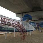 川西市「ドラゴンランド」の遊具、一直線につながっている