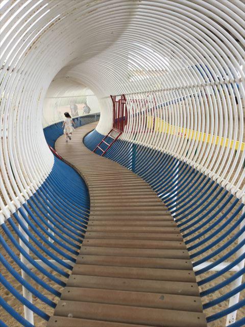 川西市「ドラゴンランド」の遊具の中、輪のトンネル