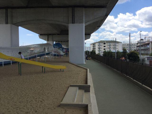 川西市「ドラゴンランド」の遊具と滑り台、砂場