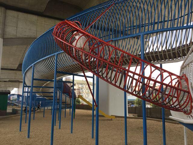 川西市「ドラゴンランド」、白龍から青龍に登る輪の遊具