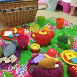 IKEA「KALAS」子供用食器でおままごとピクニックごっこをしている