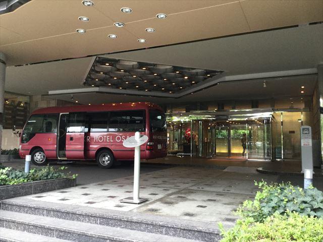 「KKRホテル大阪」に停車した無料シャトルバス