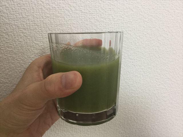 サンスター健康道場「緑でサラナ」を缶からコップに移した