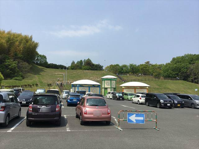 蜻蛉池公園の第1駐車場と丘