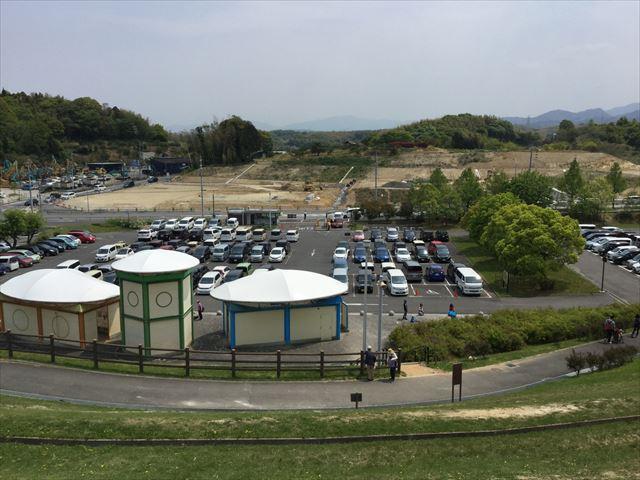 丘の上から見た蜻蛉池公園の第1駐車場