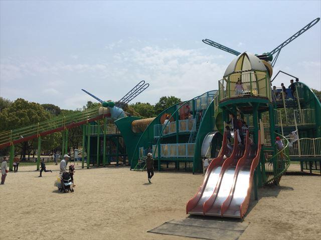 「蜻蛉池公園」の遊具、横3列の滑り台