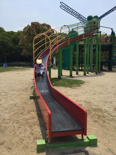 「蜻蛉池公園」のロング滑り台を滑る娘