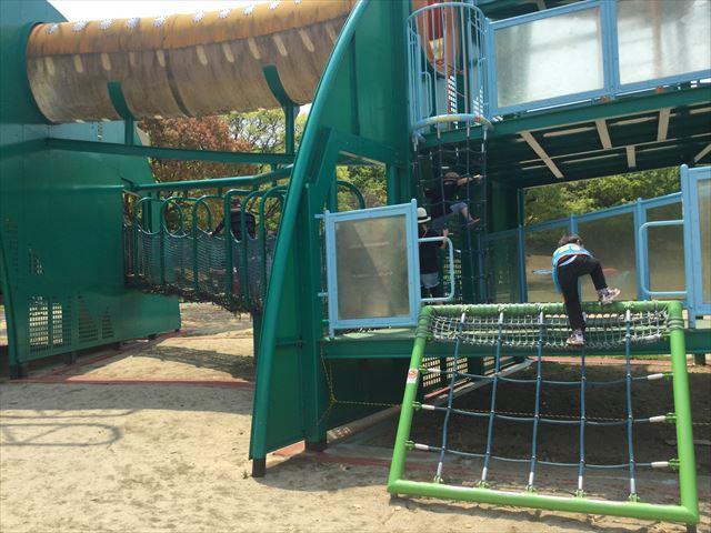 「蜻蛉池公園」トンボ遊具の縄梯子とトンネル