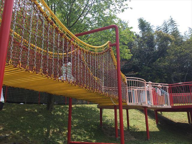 「蜻蛉池公園」大すべりだいの上の遊具