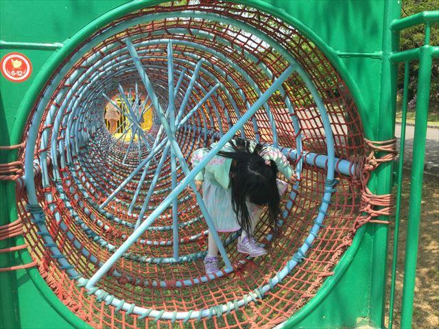 「蜻蛉池公園」大すべりだいのトンネル遊具