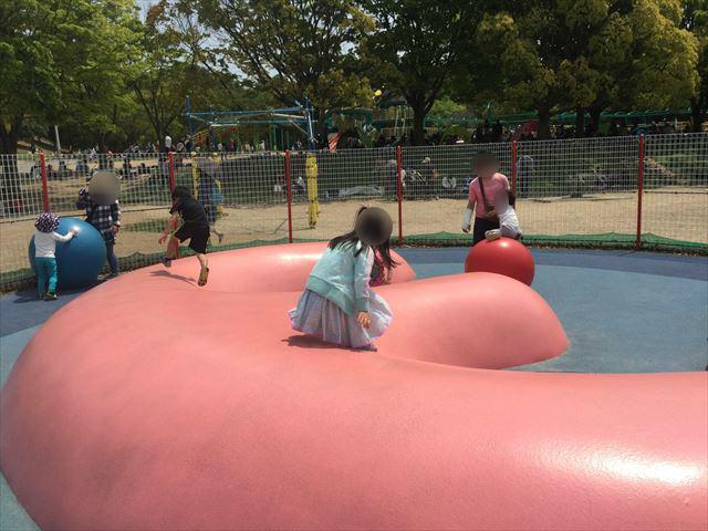 「蜻蛉池公園」チョウの遊具、ボール遊び