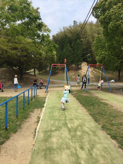 「蜻蛉池公園」ぶら下がる遊具で遊ぶ娘