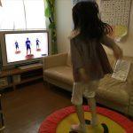 ワールドファミリーのバウンサーでDVD「Happy TV」で飛び跳ねながら英語学習する娘
