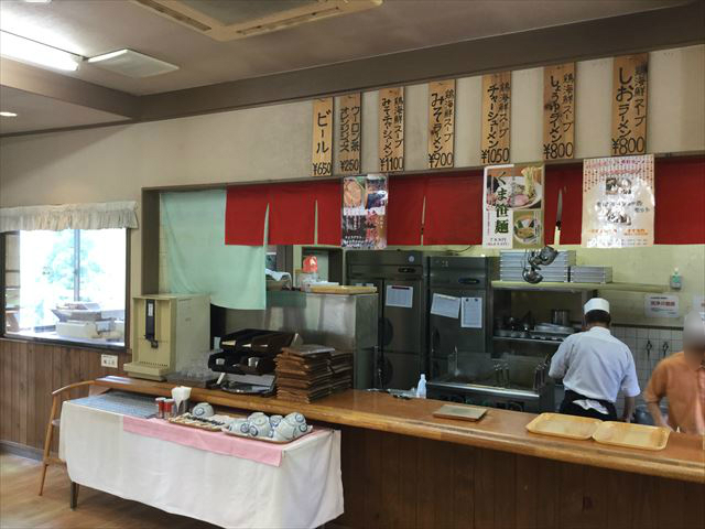 「布引ラーメン」カウンターと製麺スペース