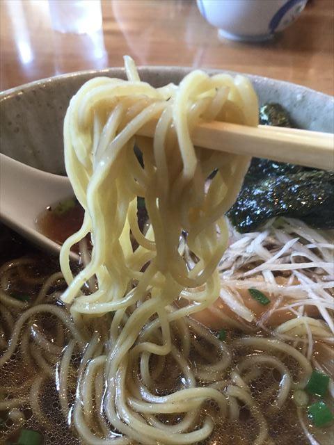「布引ラーメン」の熊笹ラーメンの麺をお箸で持ち上げた様子
