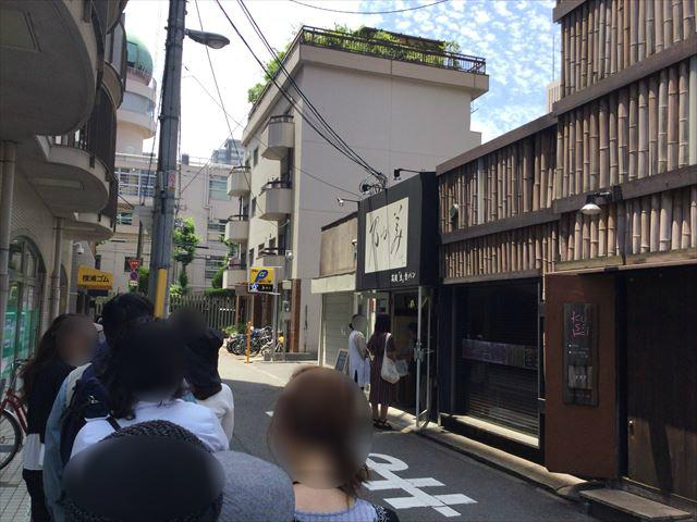 食パン「乃が美」上本町総本店の入口の行列の様子