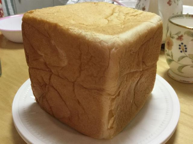 """高級""""生""""食パン「乃が美」の食パン1斤をお皿にのせた"""