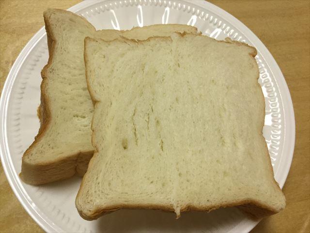 """高級""""生""""食パン「乃が美」の食パン1斤。切った内の2枚"""