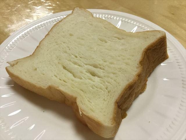 """高級""""生""""食パン「乃が美」の食パン1斤。切った内の1枚"""