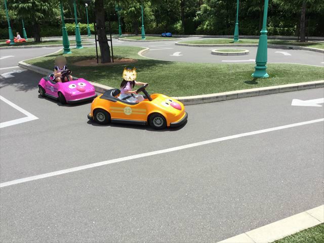 USJ「セサミのビッグドライブ」カートを運転する娘と追いかけている子供