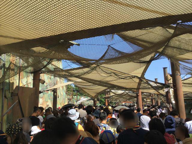 USJ「ウォーターワールド」の開門を待つ人たち、行列