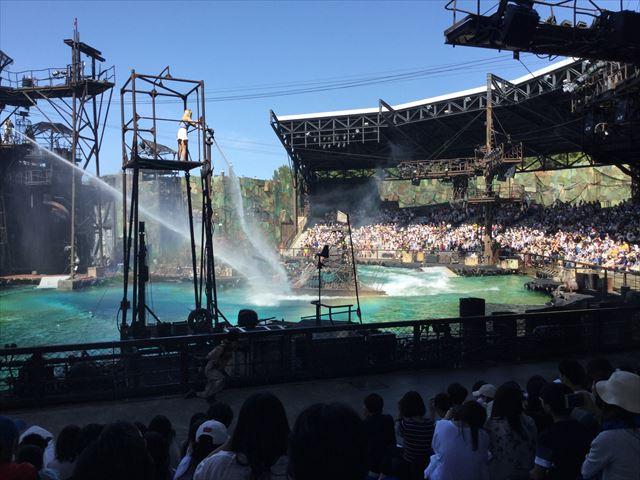 USJ「ウォーターワールド」のショーステージの一シーン、水しぶき