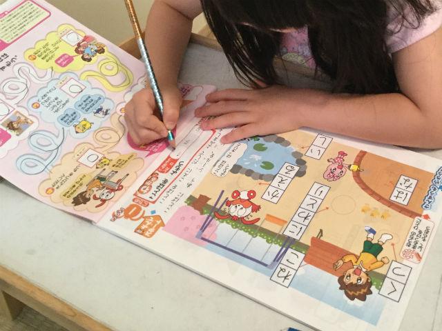 チャレンジ1年生「入学の準備国語・算数ワーク・基礎編」を学習する娘(国語)