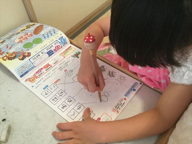 チャレンジ1年生「入学の準備国語・算数ワーク・基礎編」を学習する娘、同じ音の単語に線を引いている