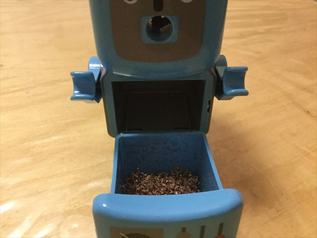 フライングタイガーコペンハーゲン、ロボットの形をした鉛筆削り器、削りカスはお腹から出せる