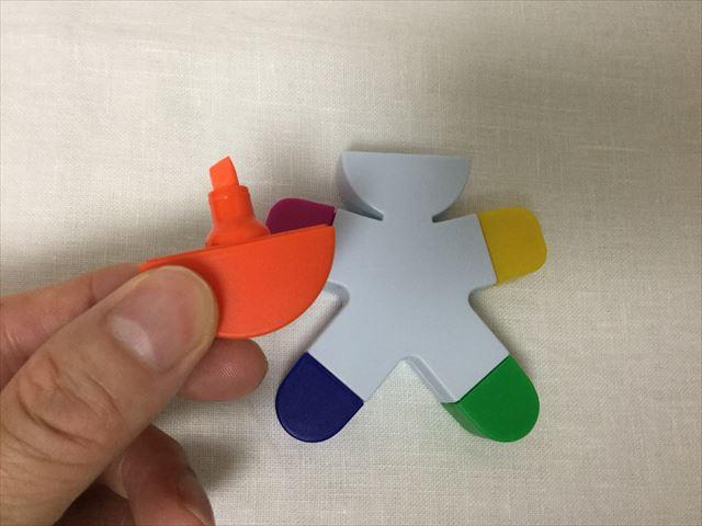 フライングタイガーコペンハーゲンで買った人の形をした5色蛍光ペン、キャップを外した様子