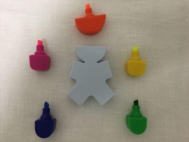 フライングタイガーコペンハーゲンで買った人の形をした5色蛍光ペン、5色ともキャップを外してみた